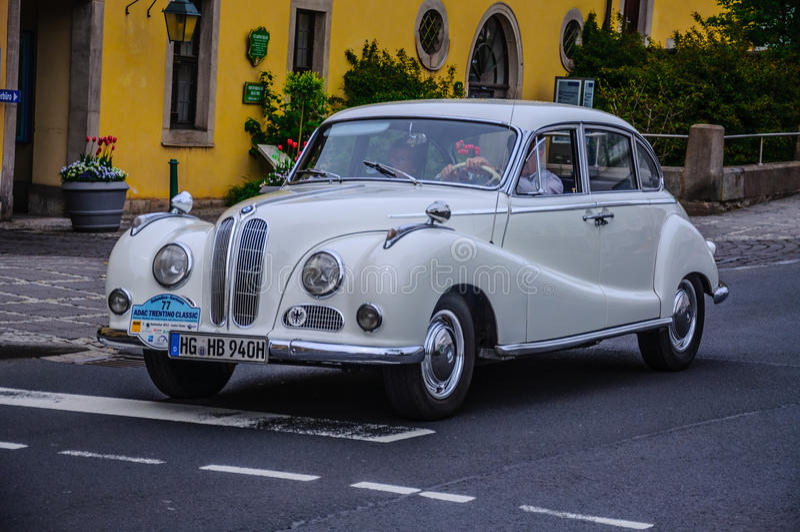 FULDA, DEUTSCHLAND - MAI 2013: BMW 501 Retro- Auto O des Saals mit 502 Luxus stockfotos
