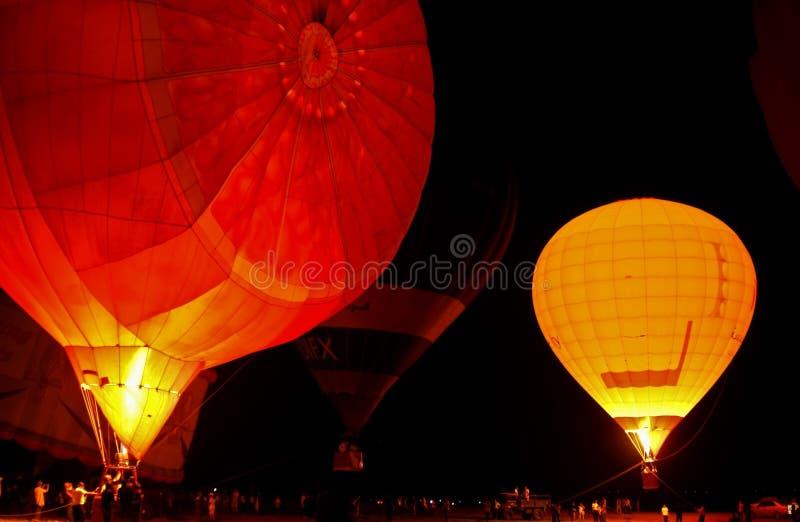 Fulgor do balão de ar quente na noite imagens de stock royalty free