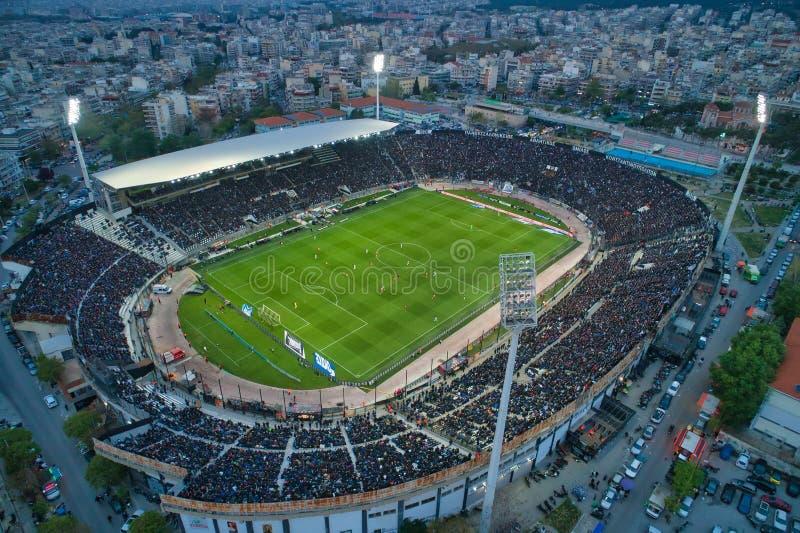Fuliggine aerea dello stadio di Toumba in pieno dei fan durante la partita di calcio per il campionato fra il PAOK dei gruppi con immagine stock libera da diritti