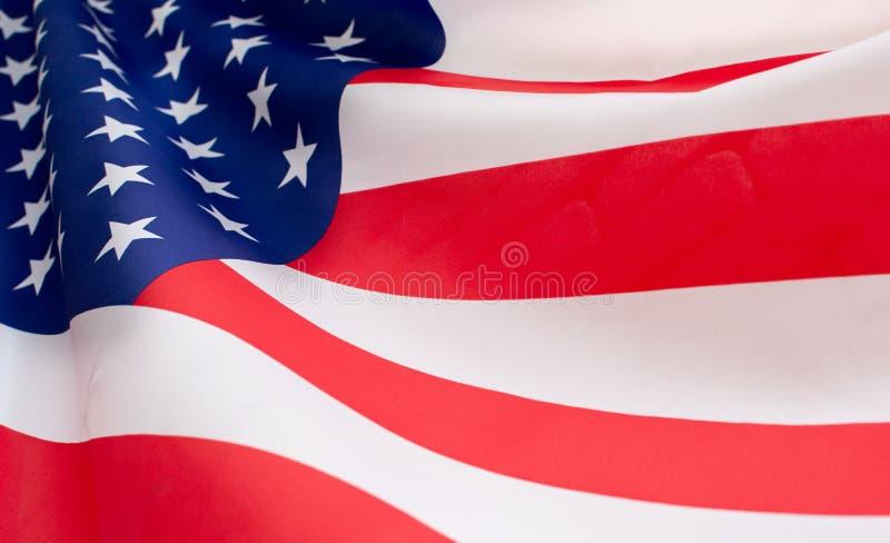 Full bakgrund och closeup av den amerikanUSA flaggan som vinkar f?rbi vinden arkivfoto