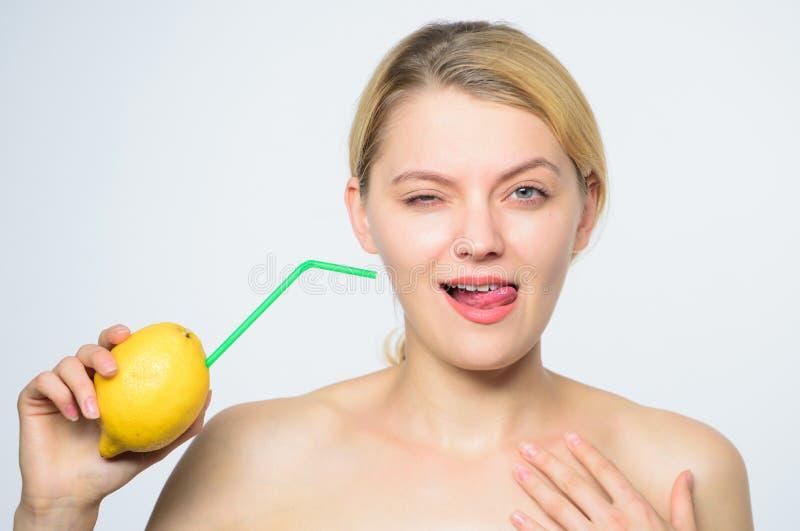 Full energi ny fruktfruktsaft energi och positivt lynne flicka med citronuppladdning Ladda upp dina kroppvitaminer Citron arkivfoton