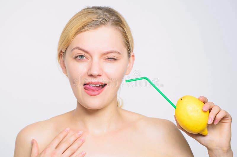 Full energi ny fruktfruktsaft energi och positivt lynne flicka med citronuppladdning Ladda upp dina kroppvitaminer Citron royaltyfria bilder