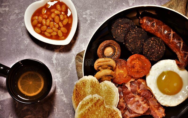 Full engelsk frukost, valentin dagsymbol royaltyfri fotografi