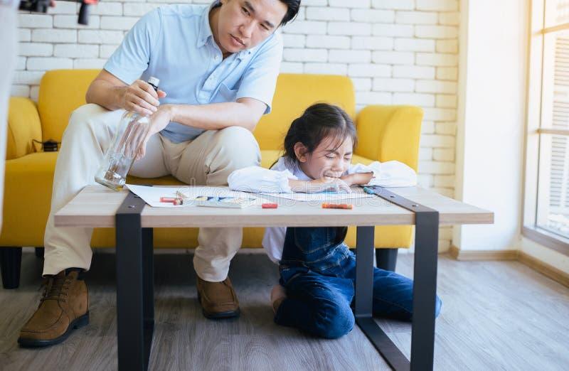 Full fader att undervisa ditt barn att göra läxa och dottern som gråter, familjfrågor royaltyfria foton