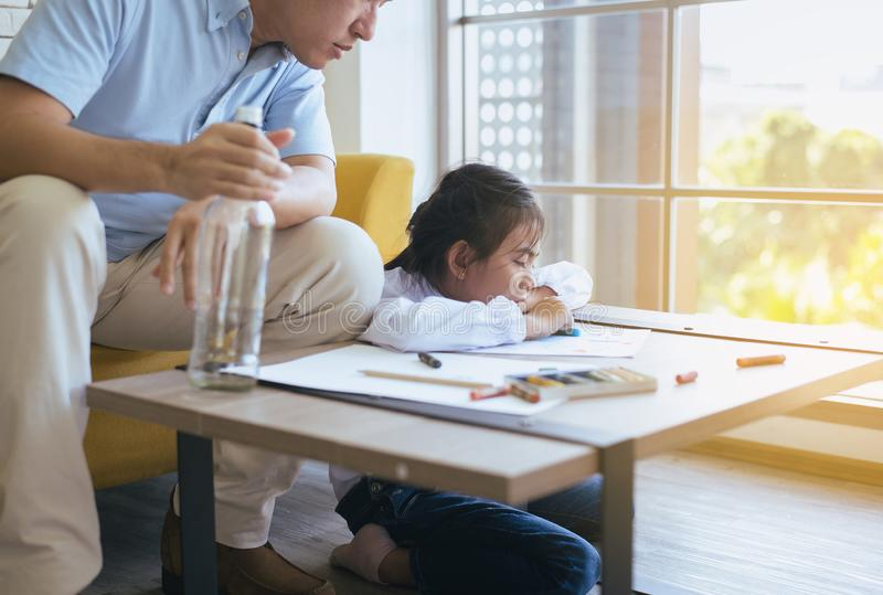 Full fader att undervisa ditt flickabarn att göra läxa och dottern som gråter, familjfrågor arkivbilder