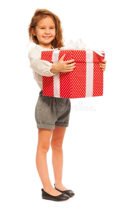 Full höjdstående av lilla flickan med gåva fotografering för bildbyråer