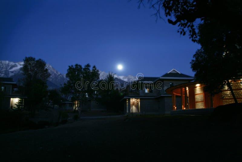 full himalayan stigning för india moonberg royaltyfria bilder