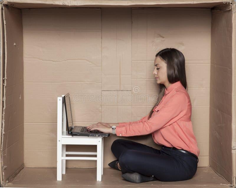 Full koncentration på arbete, sekreterare i ett litet kontor arkivbild