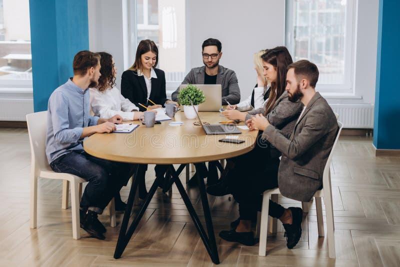 Full koncentration p? arbete Funktionsdugliga kollegor f?r f?retags lag som arbetar i modernt kontor royaltyfria foton