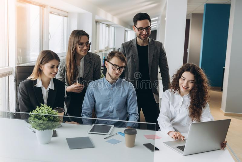 Full koncentration p? arbete Funktionsdugliga kollegor f?r f?retags lag som arbetar i modernt kontor royaltyfri bild