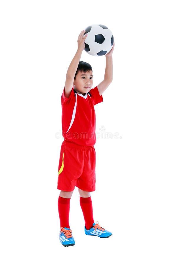 Full kropp av den asiatiska fotbollspelaren med fotboll härlig för studiokvinna för par dans skjutit barn Iso arkivfoto