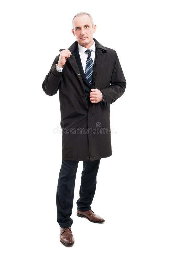 Full kropp av den mellersta bärande regnrocken för ålderaffärsman arkivbilder