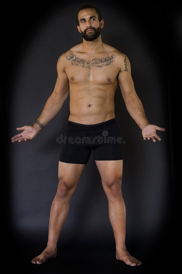 Full kropp av den unga mannen i svart underkläder arkivfoto