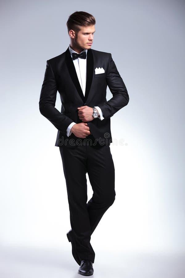 Full kropp av en affärsman som bort ser royaltyfri foto