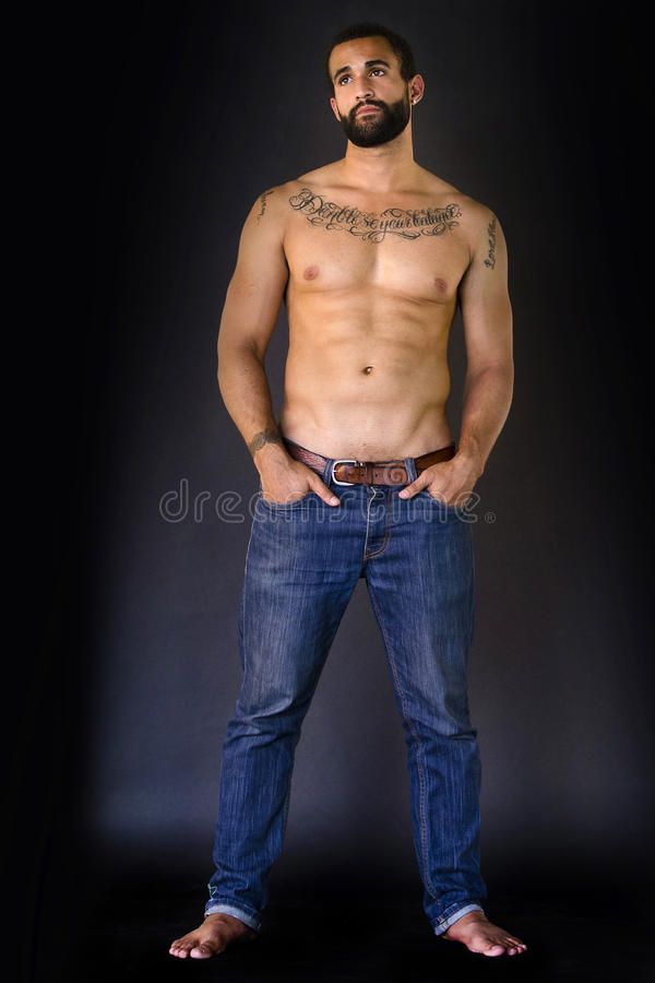 Full kropp som skjutas av man i jeans arkivfoto