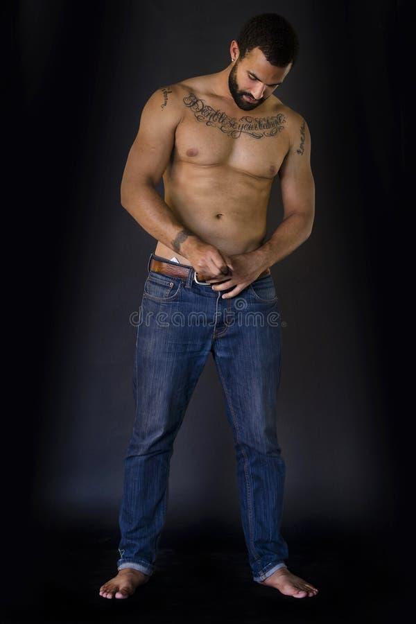Full kropp som skjutas av man i jeans royaltyfria bilder