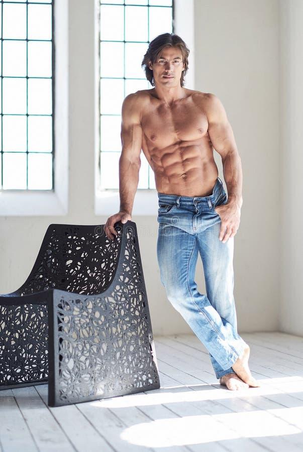 Full kroppbild av den muskulösa shirtless mannen royaltyfri bild