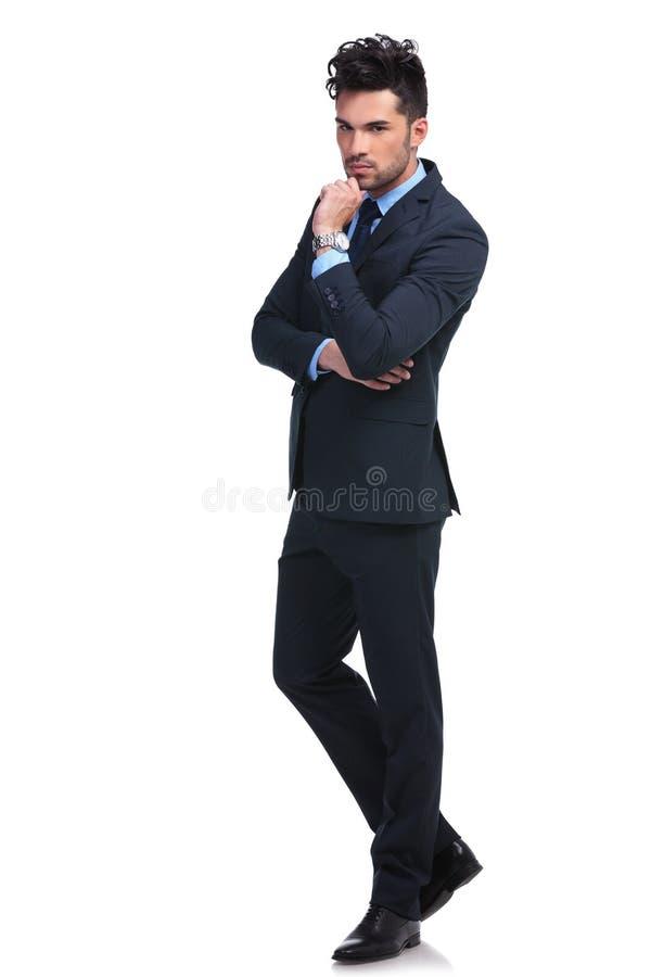 Full kroppbild av en allvarlig eftertänksam affärsman royaltyfri bild