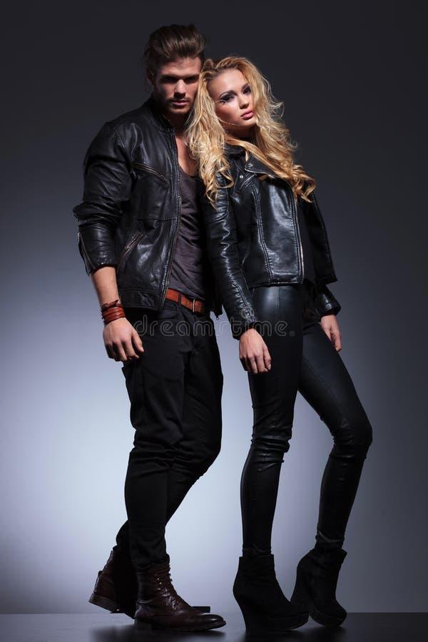 Full kroppbild av en man och en kvinna i läderkläder royaltyfria bilder