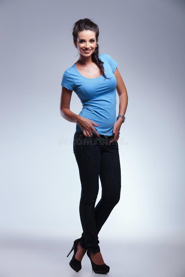 Full kroppbild av en ung tillfällig kvinna fotografering för bildbyråer