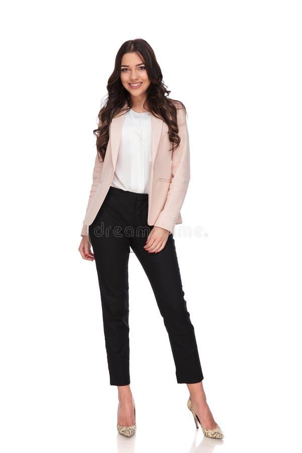 Full kroppbild av ett lyckligt ungt anseende för affärskvinna royaltyfria foton