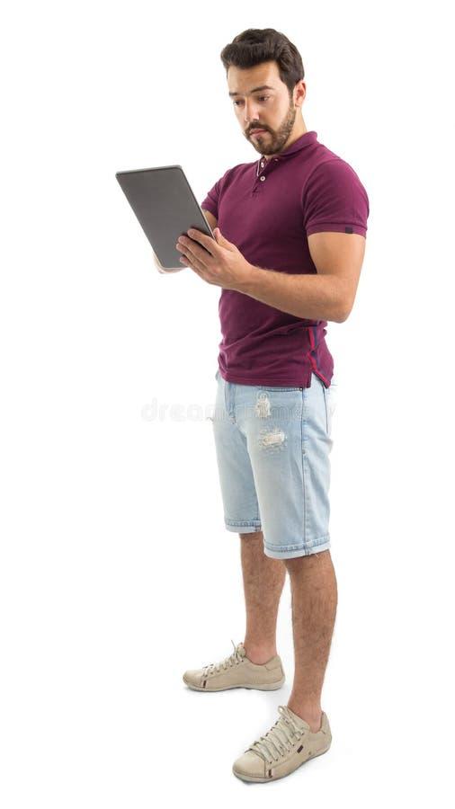 Full kroppstående av den vänliga mannen Digital tablet Han är wearinen fotografering för bildbyråer