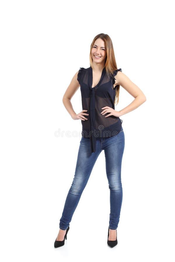 Full kroppstående av ett tillfälligt lyckligt kvinnamodellanseende royaltyfri bild