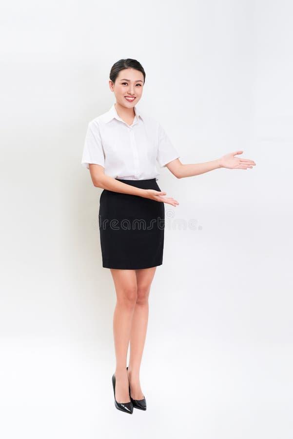 Full kroppstående av lycklig le ung härlig affärswom royaltyfri bild