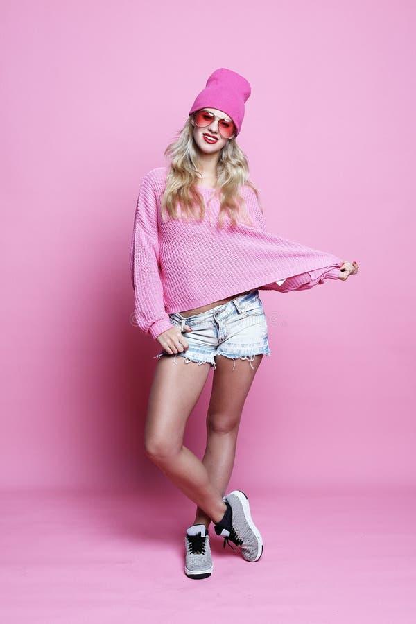 Full kroppstående av modemodellen som bär den rosa hatten och rosa färgpu royaltyfri bild