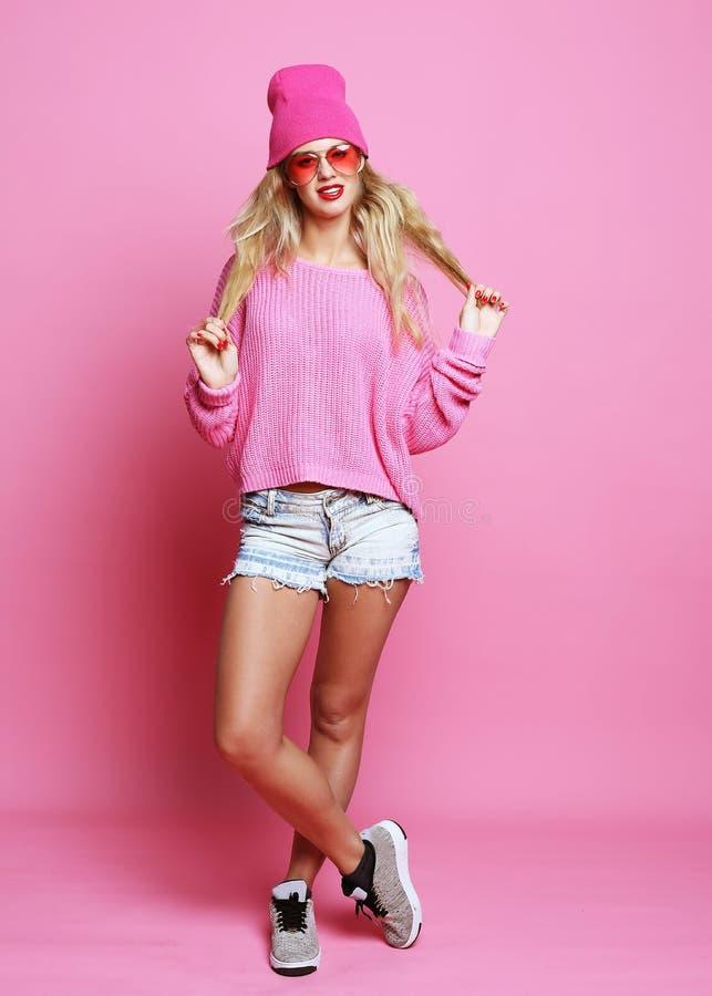 Full kroppstående av modemodellen som bär den rosa hatten och rosa färgpu arkivfoton