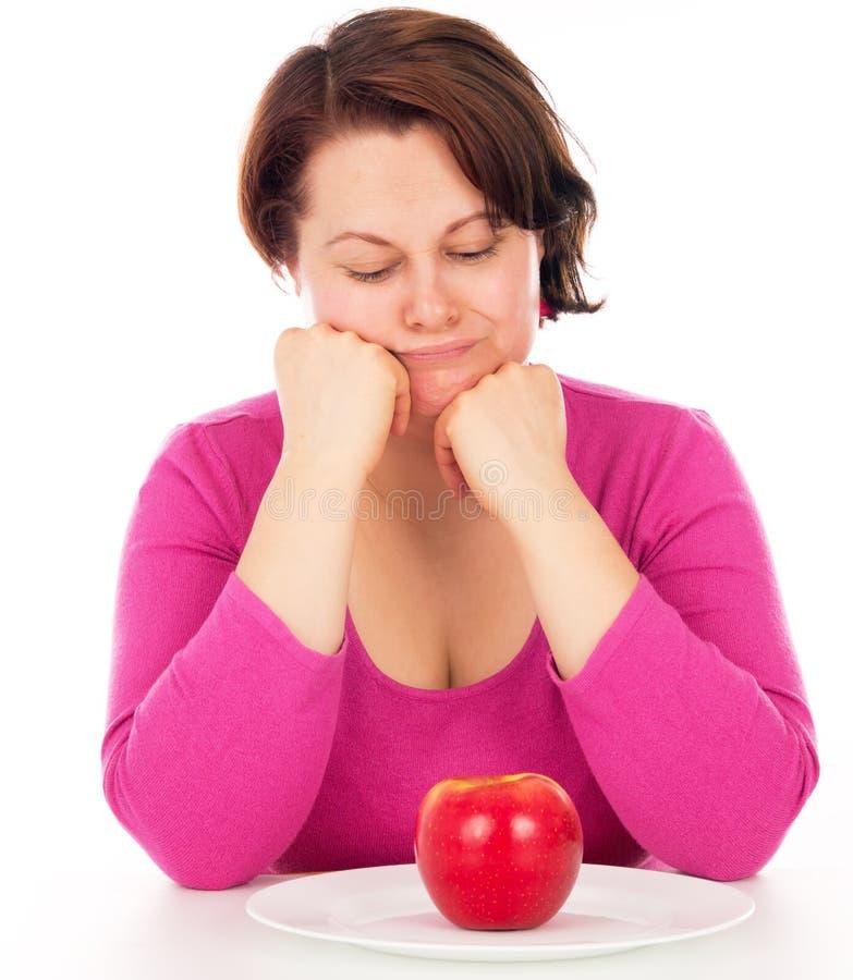 Full kvinna som ser äpplet arkivbilder