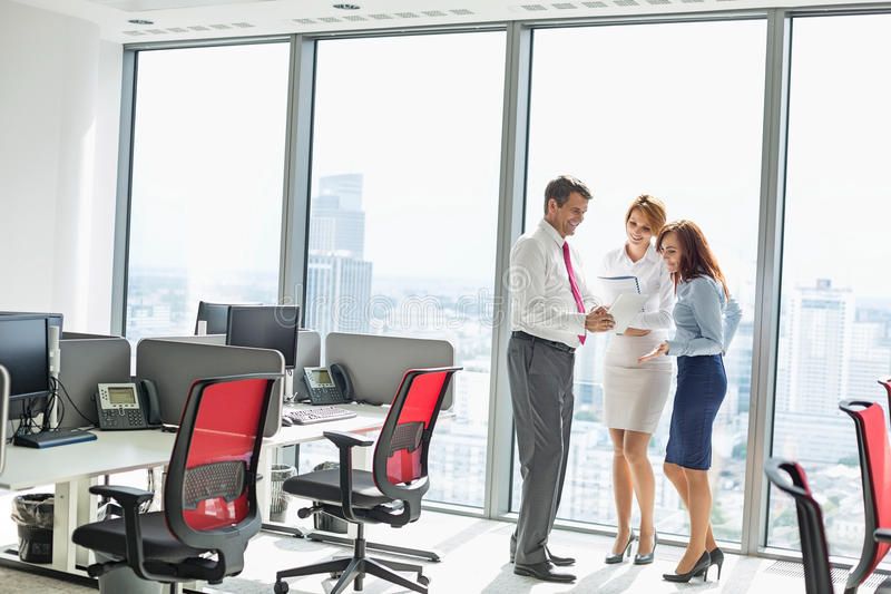 Full längd av businesspeople som i regeringsställning diskuterar royaltyfria foton