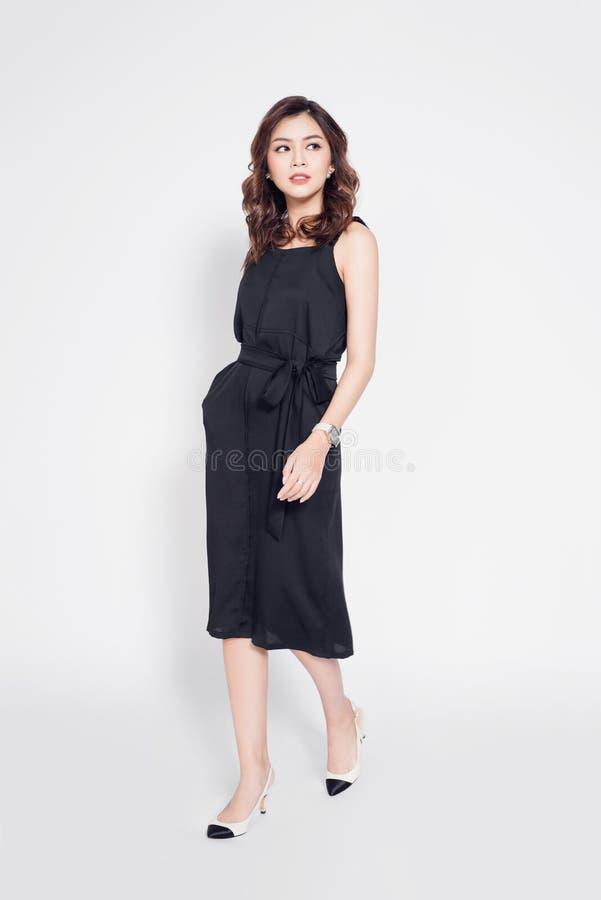 Full längd av den härliga stilfulla asiatiska kvinnan i elegant tillfälligt b royaltyfri bild