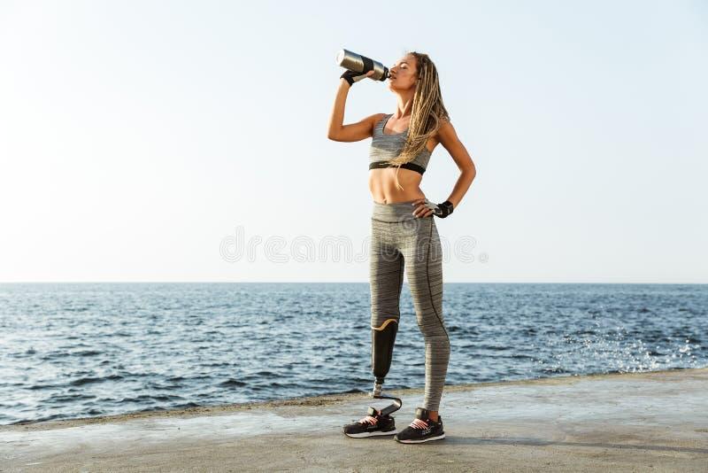 Full längd av den rörelsehindrade idrottsman nenkvinnan för barn arkivfoto