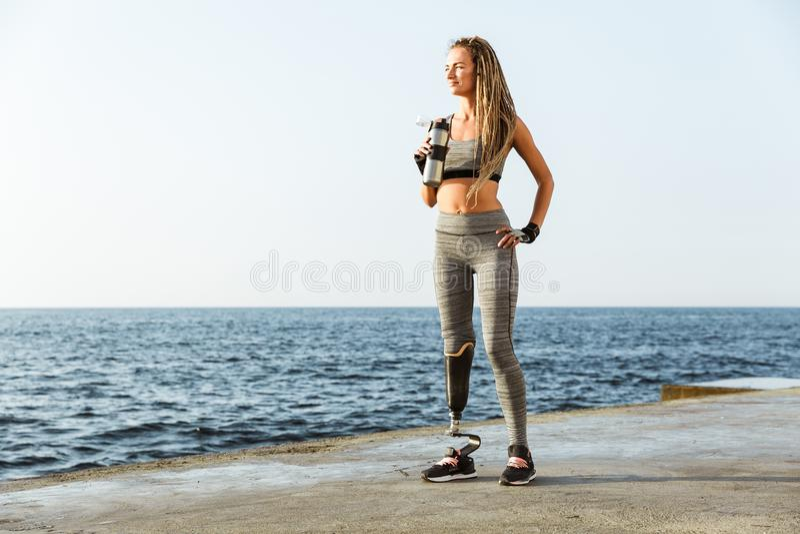 Full längd av den säkra rörelsehindrade idrottsman nenkvinnan arkivfoton