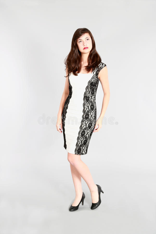 Full längd av den tonåriga flickan i klänning royaltyfria bilder