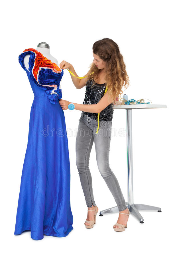 Full längd av en kvinnlig modeformgivare och skyltdocka arkivfoton