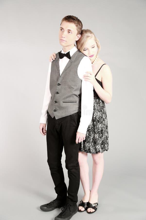 Full längd av härliga par i formalwear arkivfoto