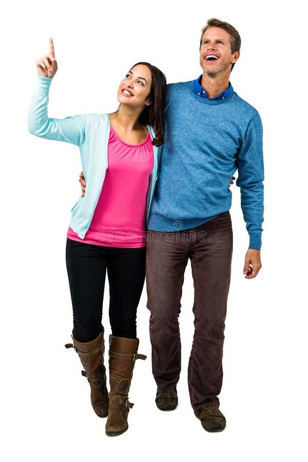 Full längd av lyckliga par som ser upp, medan stå royaltyfria foton