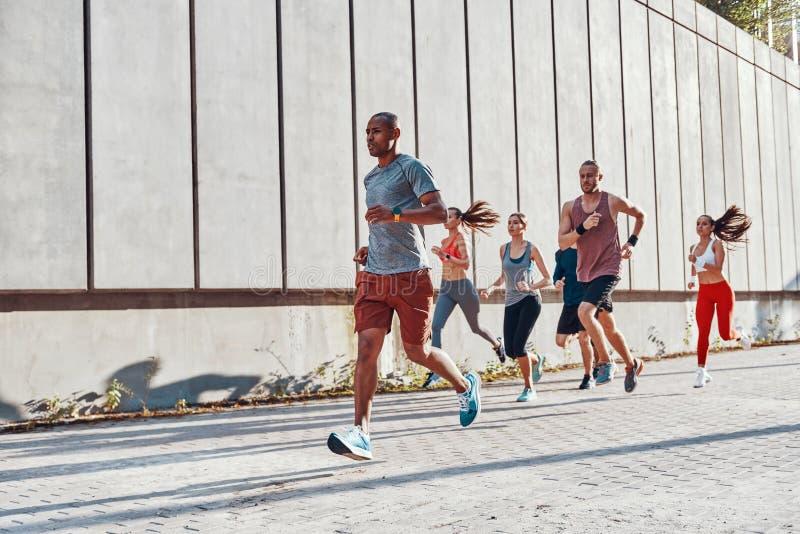 Full längd av ungdomar, i att bekläda för sportar royaltyfri foto