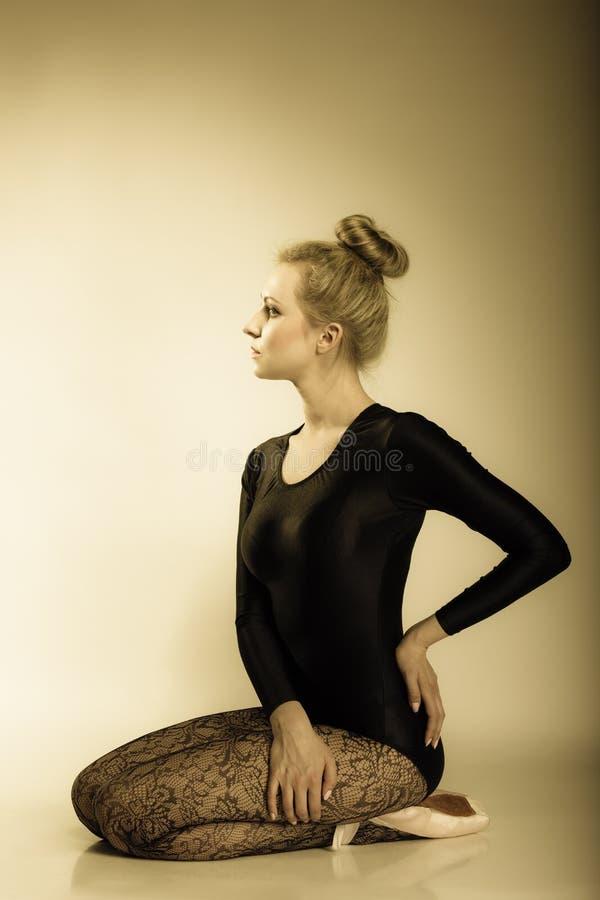 Full längd för behagfull kvinnabalettdansör royaltyfria bilder