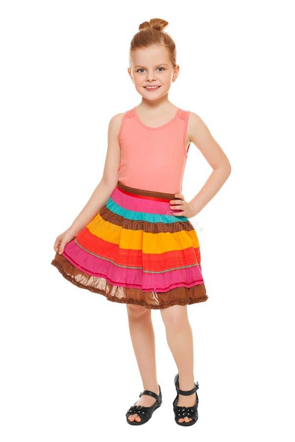 Full längd för liten lycklig flicka i den färgrika kjolen som isoleras på vit bakgrund arkivbilder