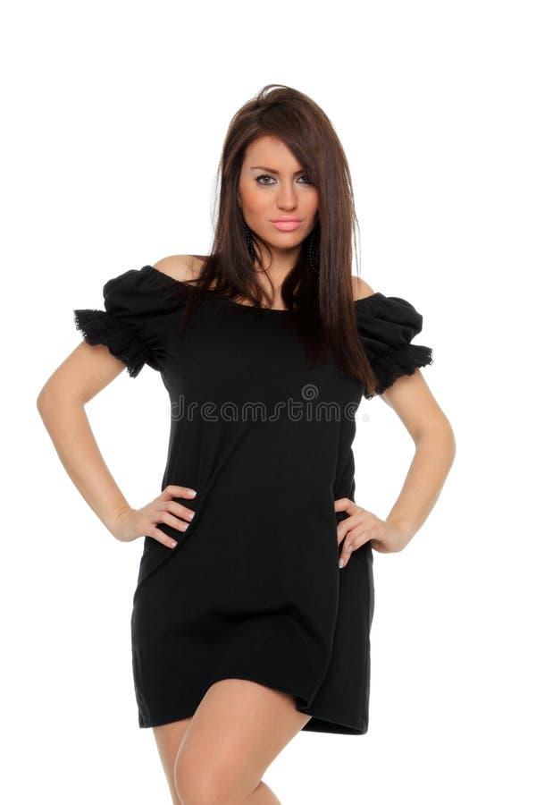 Full längd för nätt sexig flicka som poserar i en trevlig svart klänning arkivfoto