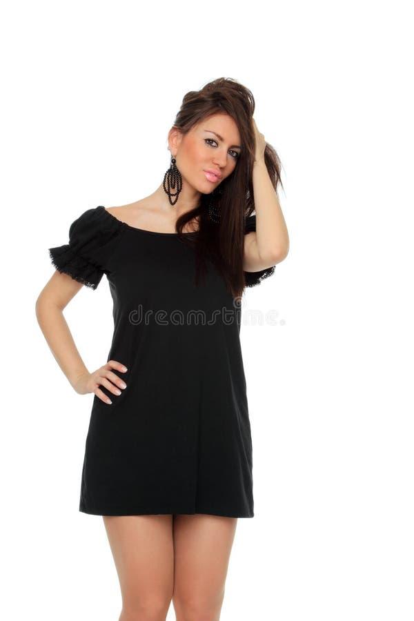 Full längd för nätt sexig flicka som poserar i en trevlig svart klänning arkivfoton