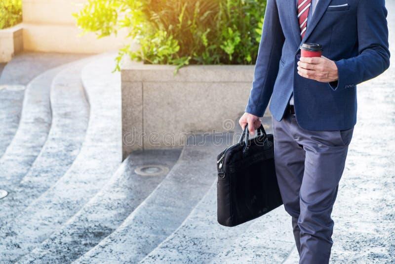 full längdbild av en ung affärsman som framåtriktat går med arkivbild