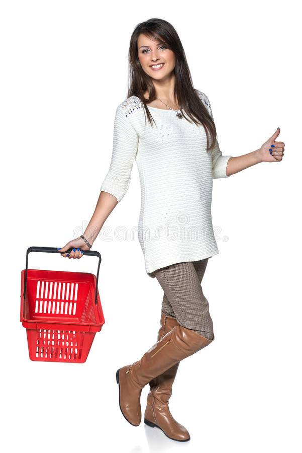 Full längdkvinna som går med den röda shoppingkorgen arkivbild