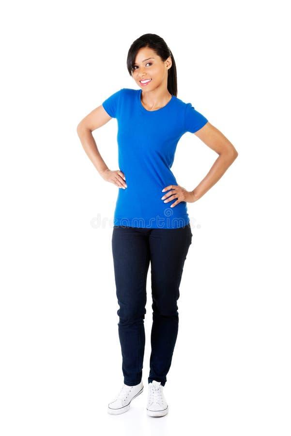 Full längdkvinna som poserar med händer på höft royaltyfria foton