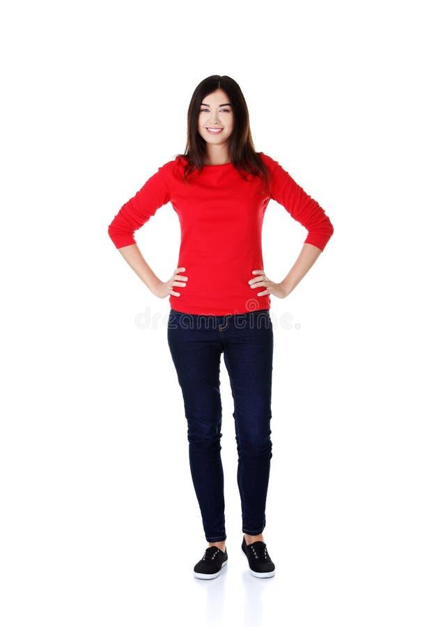 Full längdkvinna som poserar med händer på höfter arkivfoton