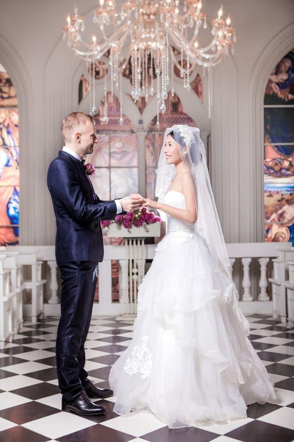 Download Full Längdsidosikt Av Brölloppar Som Utbyter Cirklar I Kyrka Fotografering för Bildbyråer - Bild av ceremoni, händelse: 78732365