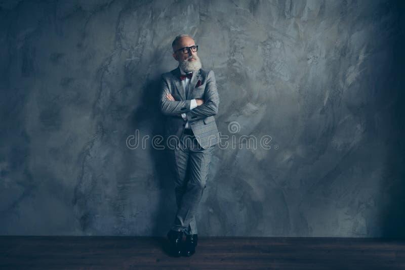 Full längdstående av att bedöva den perfekta brutala hårda gamala mannen in royaltyfri bild